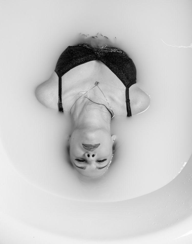 Embrace relax. Model: Hannah Es - carahartmann | ello