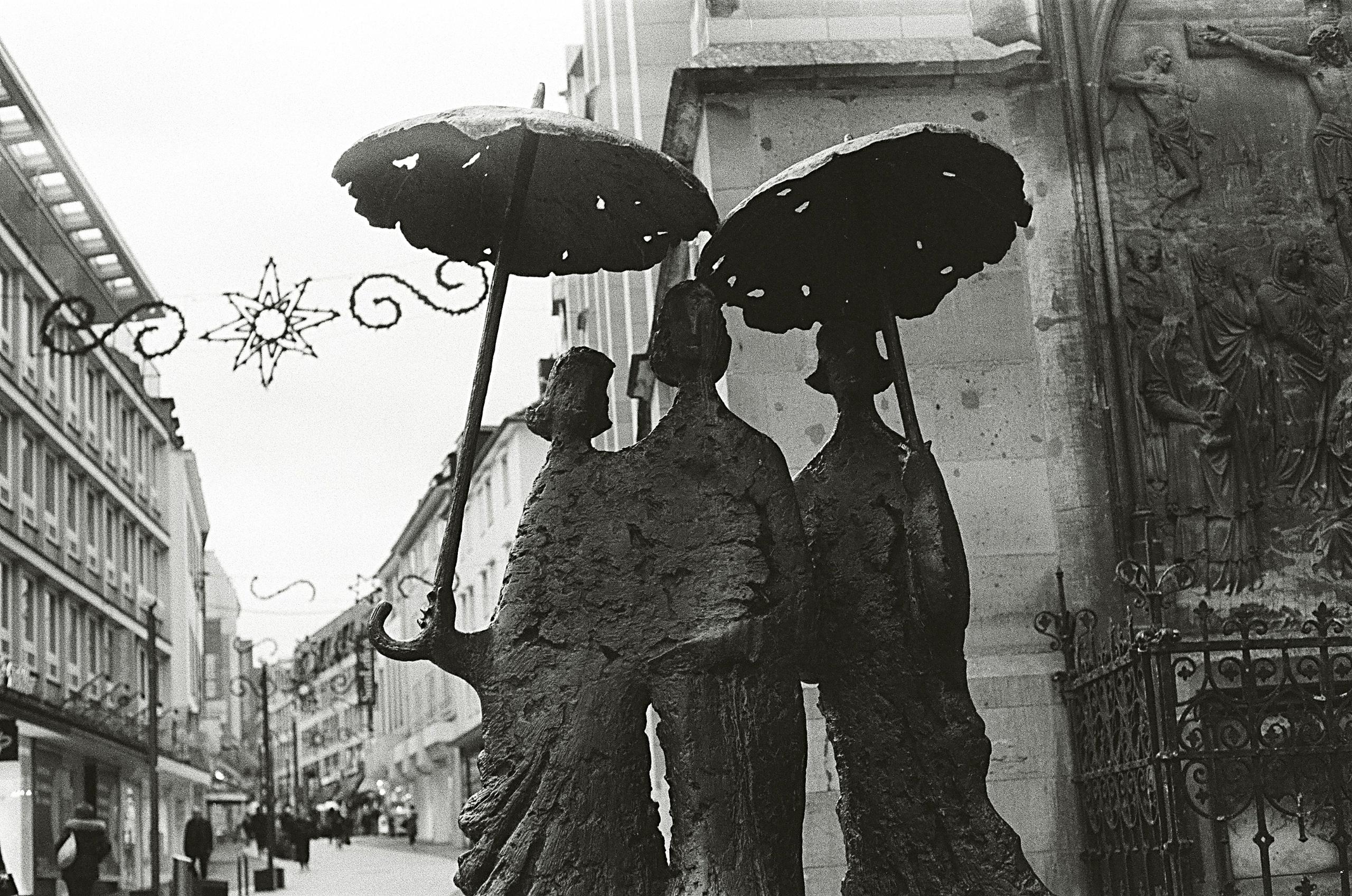 Damen mit Regenschirm Camera: P - walter_ac   ello