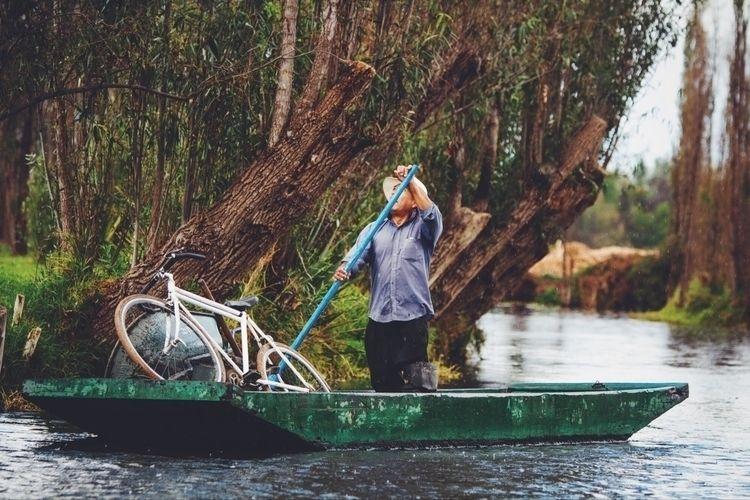 El lanchero en Xochimilco - mexico - fernandodrf | ello