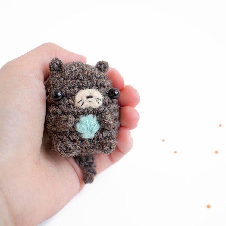 amigurumi otter holding woolly  - mohu | ello