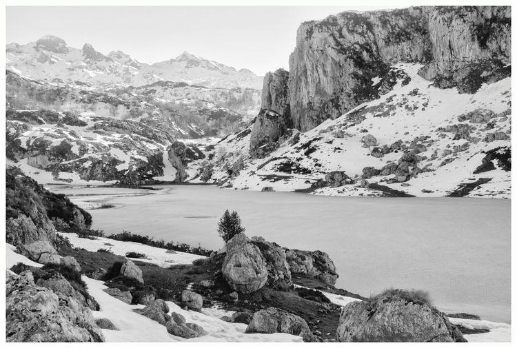 Frozen Lake. Ercina Lake, Parqu - guillermoalvarez | ello