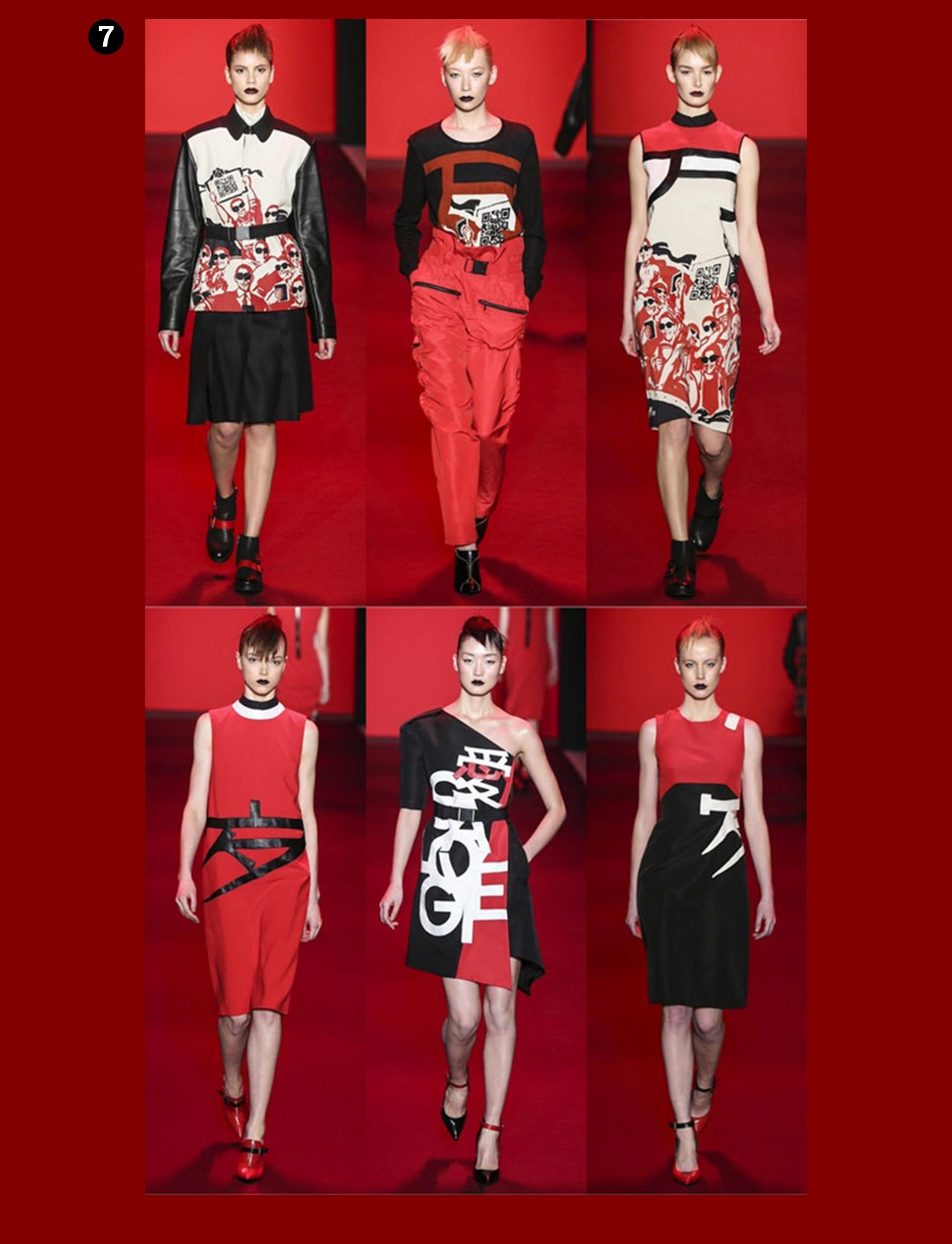 Obraz przedstawia fotografie modelek na wybiegu podczas pokazu mody. Całość na bordowym tle.