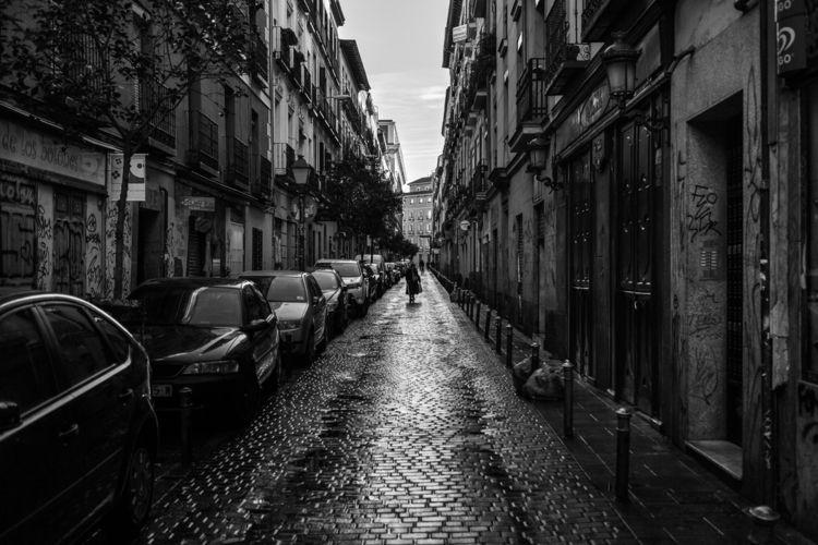 Una mujer en la calle San Vicen - crothfoto | ello