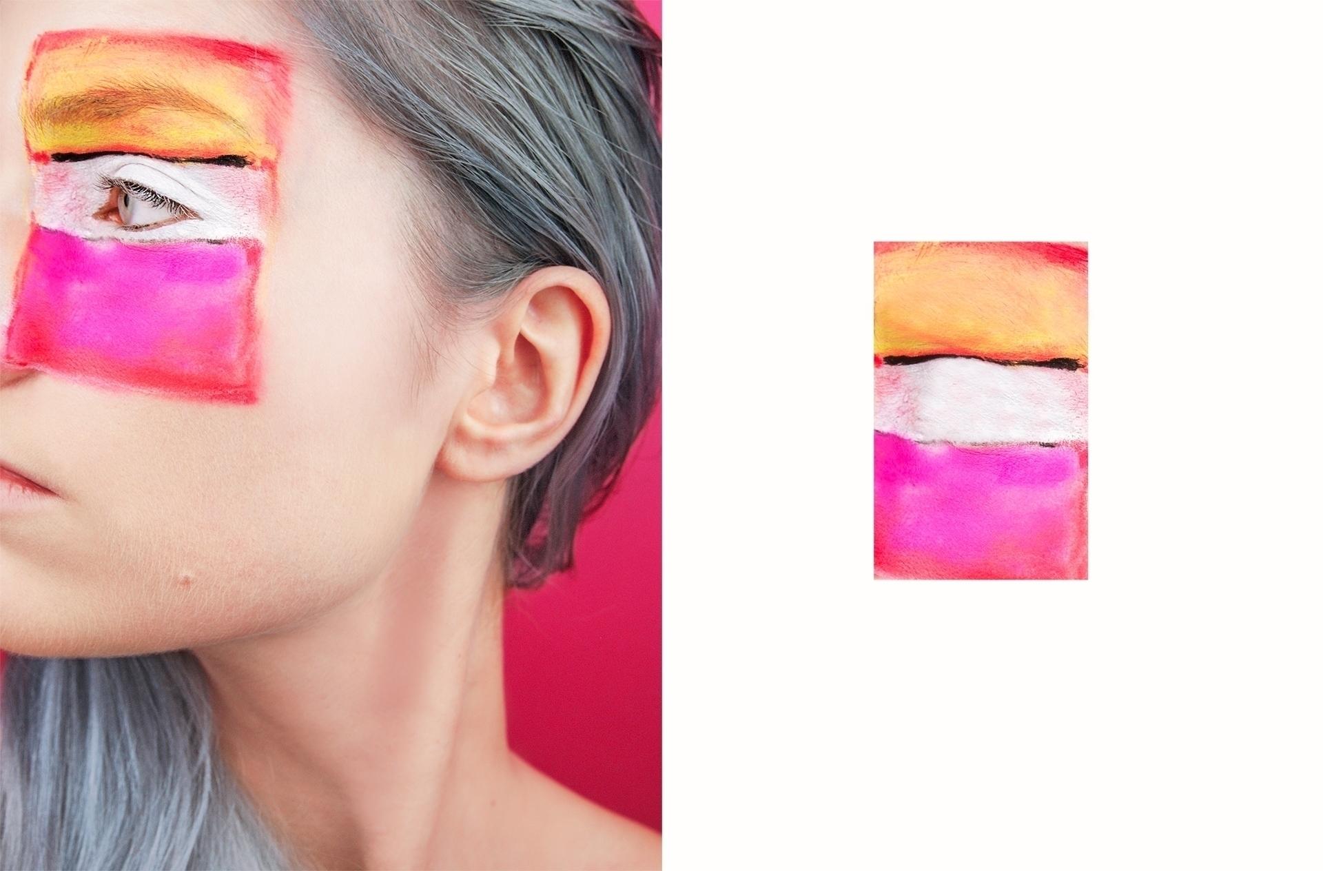 Obraz przedstawia zdjęcie, na którym widzimy fragment kobiecej twarzy z namalowanym kolorowym prostokątem na powiece. Z lewej strony znajduje się pomniejszona figura w kolorze białym, żółtym i różowym.