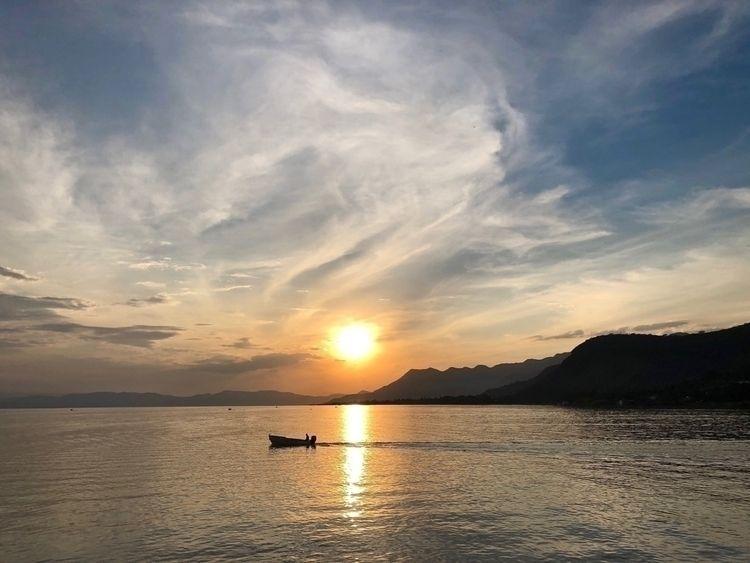 Atardecer en el lago de Chapala - gilbertoperez | ello