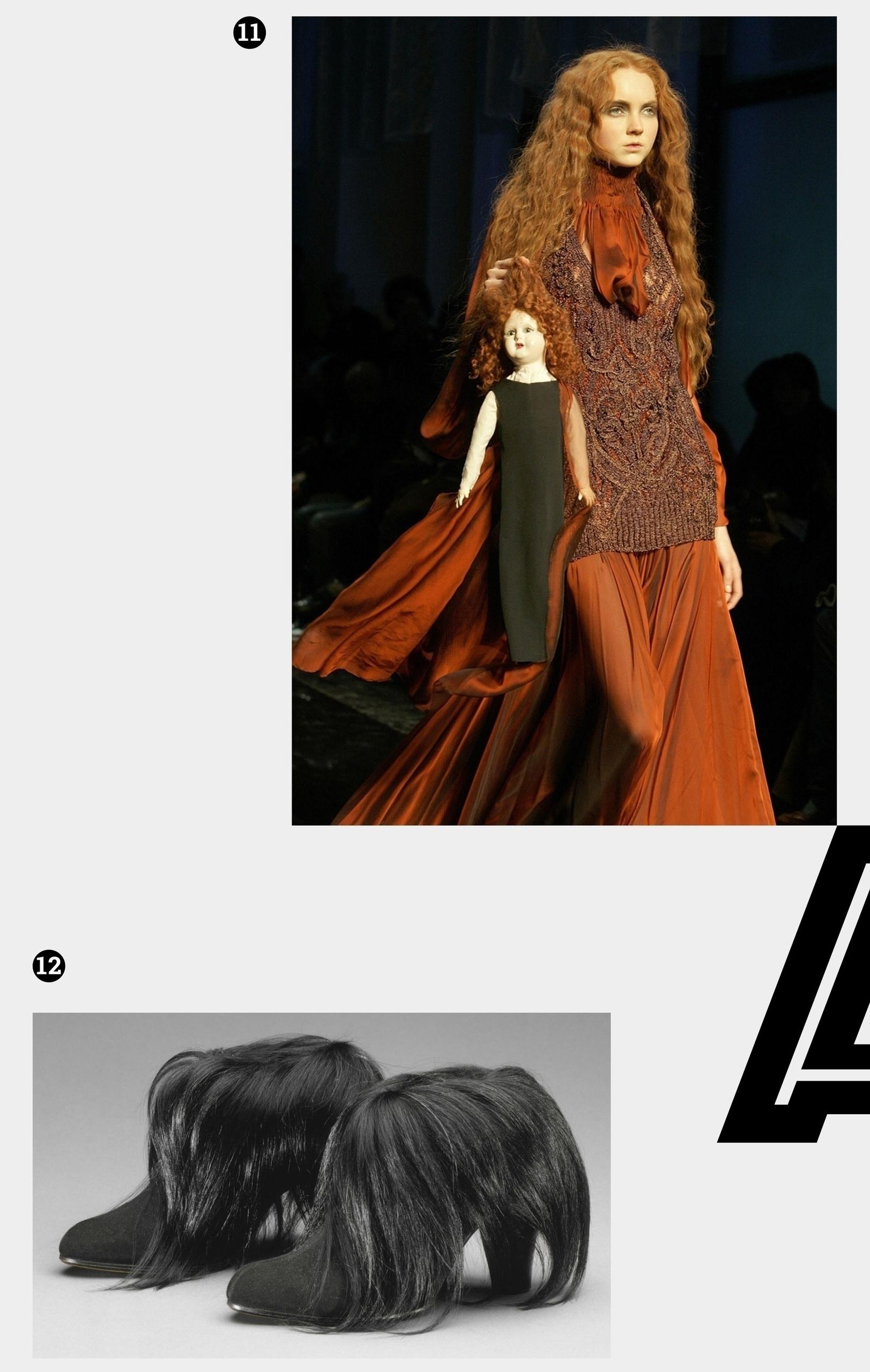 Obraz przedstawia dwie fotografie na jasnoszarym tle. Widzimy rudą kobietę trzymającą lalkę i czarne buty na obcasie.