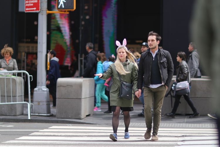 Times Square couple crossing 7t - kevinrubin | ello