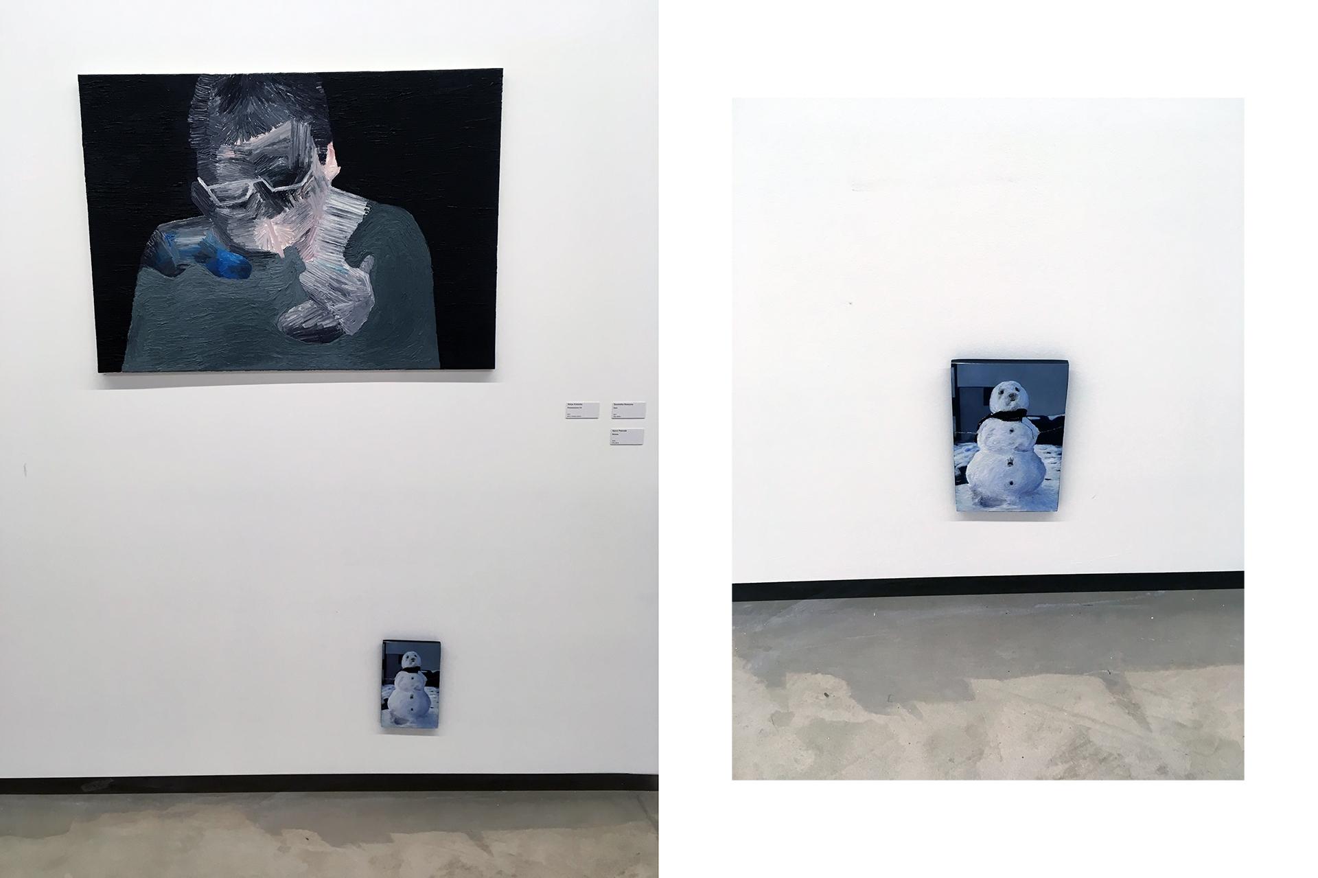 Zdjęcie przedstawia dwa obrazy zawieszone na białej ścianie galerii sztuki.