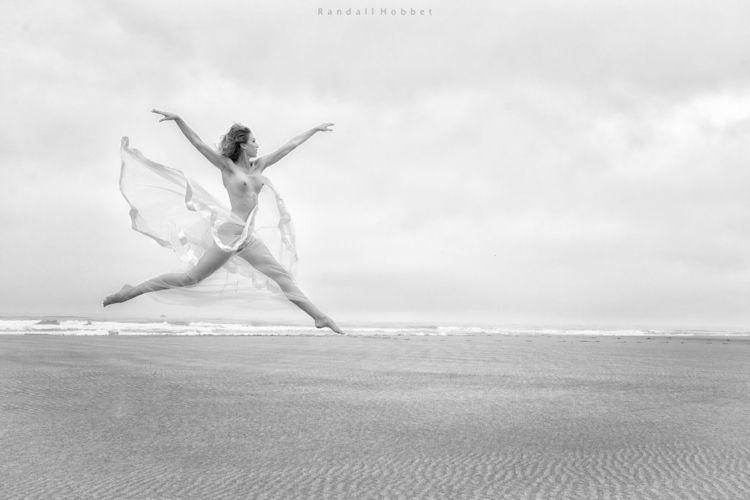 tits, jump, beach, blackandwhite - ukimalefu | ello