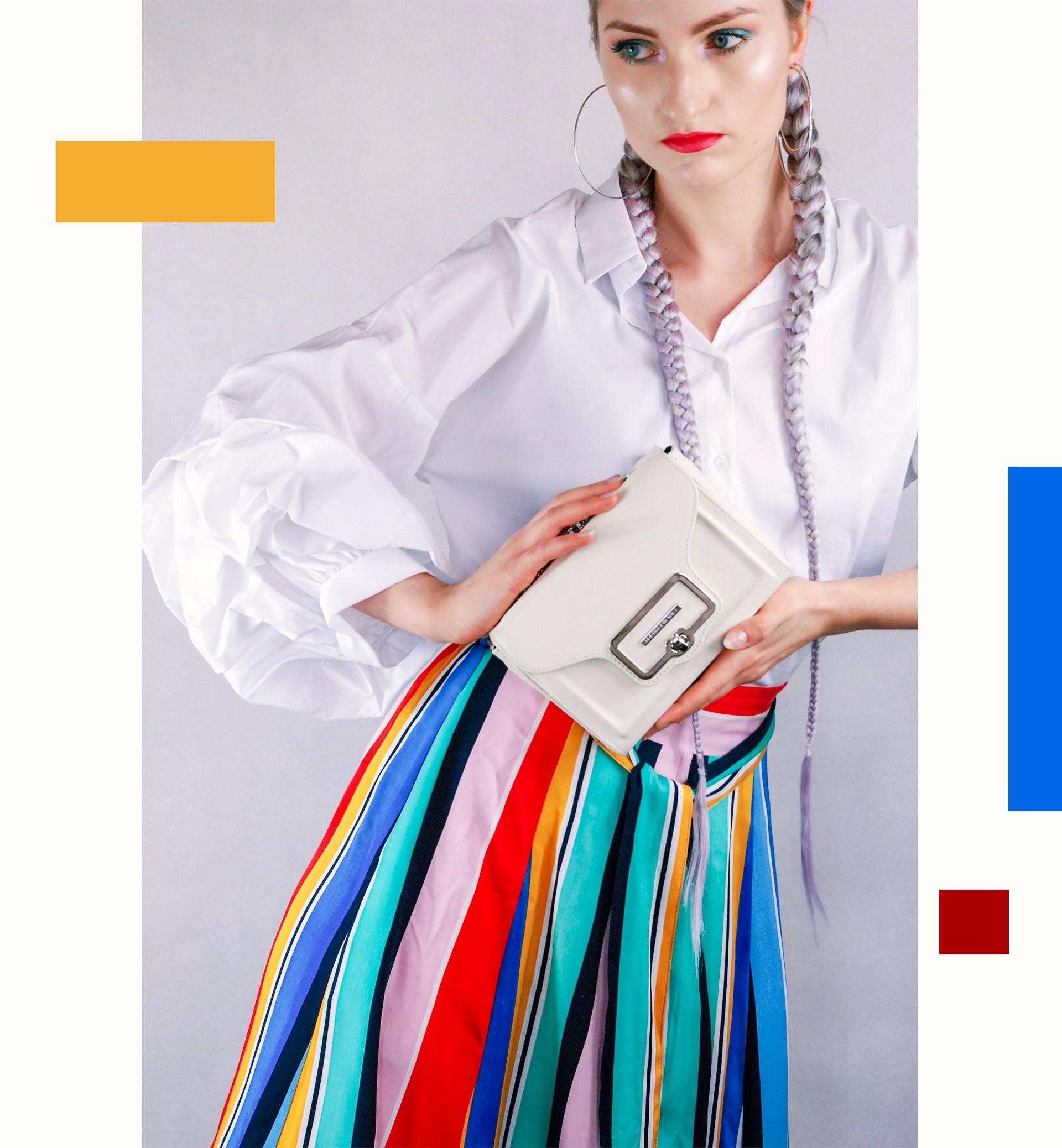 Zdjęcie przedstawia kobietę w białej bluzce, która trzyma białą torebkę. Dookoła widzimy graficzne elementy.