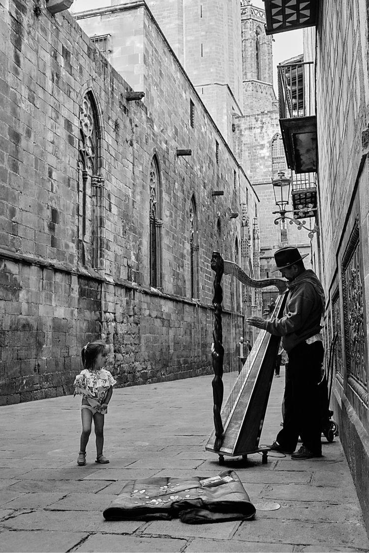 Barcelona harp busking - bnw, bnwphotography - shutrdoor | ello