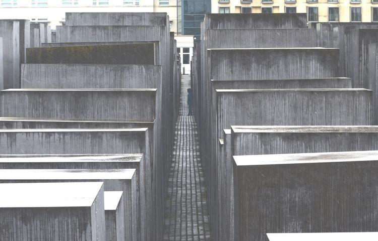 holocaust, memorial, berlin, man - mishanich | ello