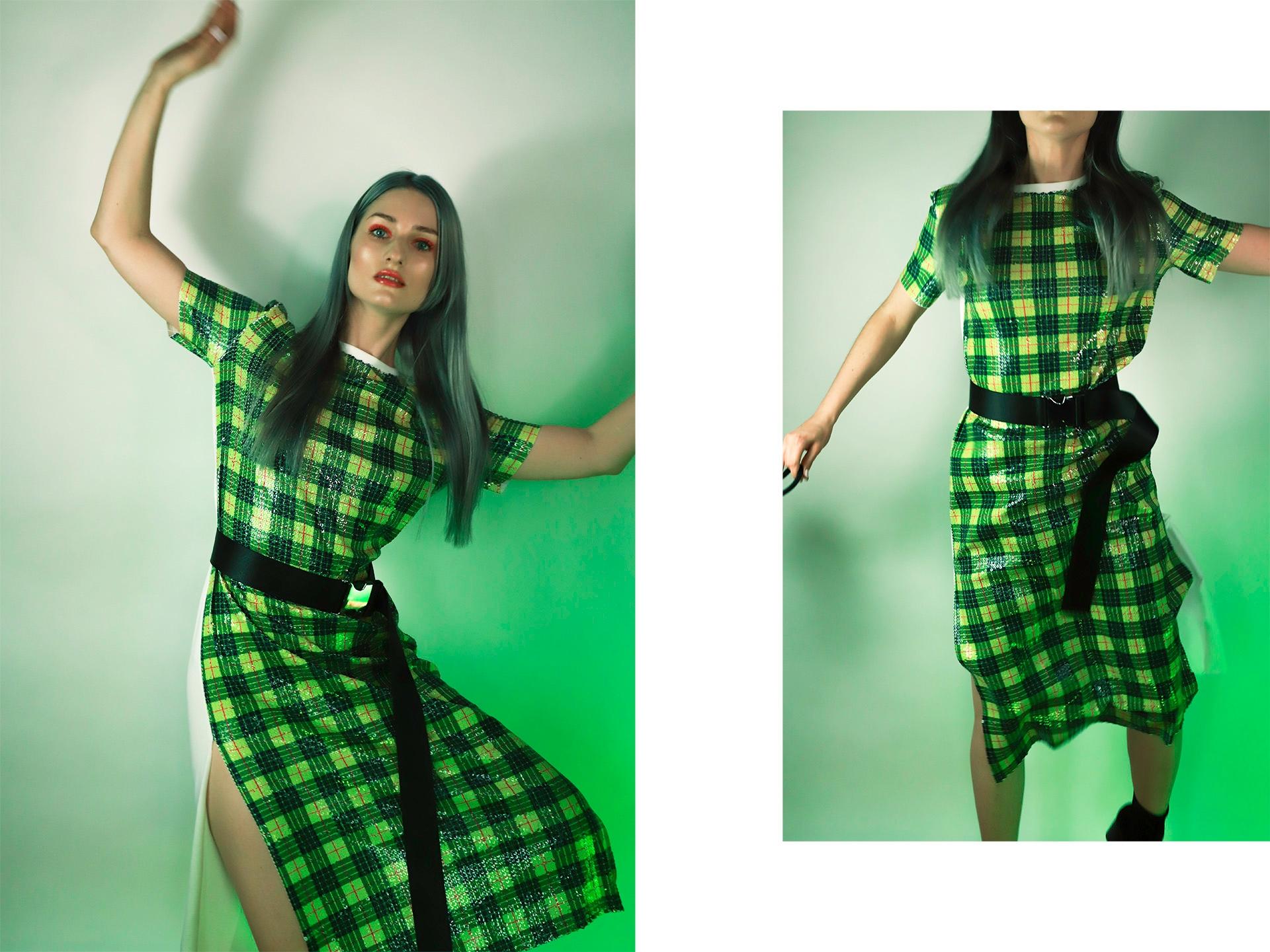 Obraz przedstawia dwa zdjęcia kobiety w kraciastej sukience. Całość oświetlona jest zielonym światłem.