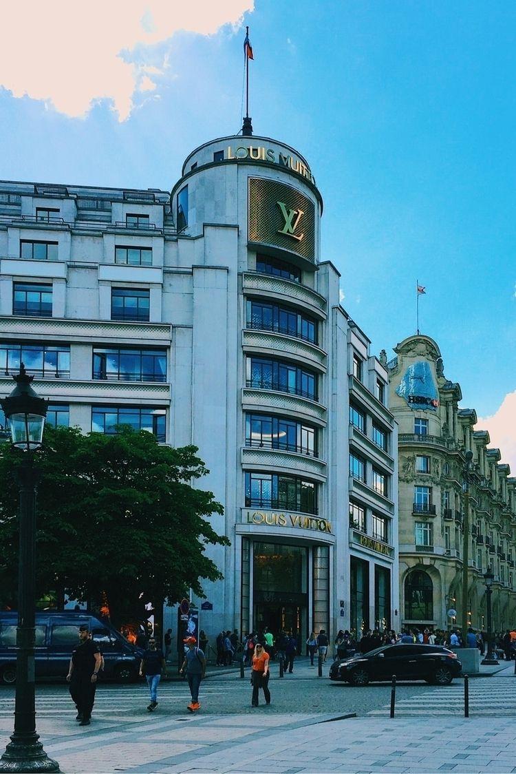 Louis Vuitton Store, Paris, Fra - enriquepereanez | ello