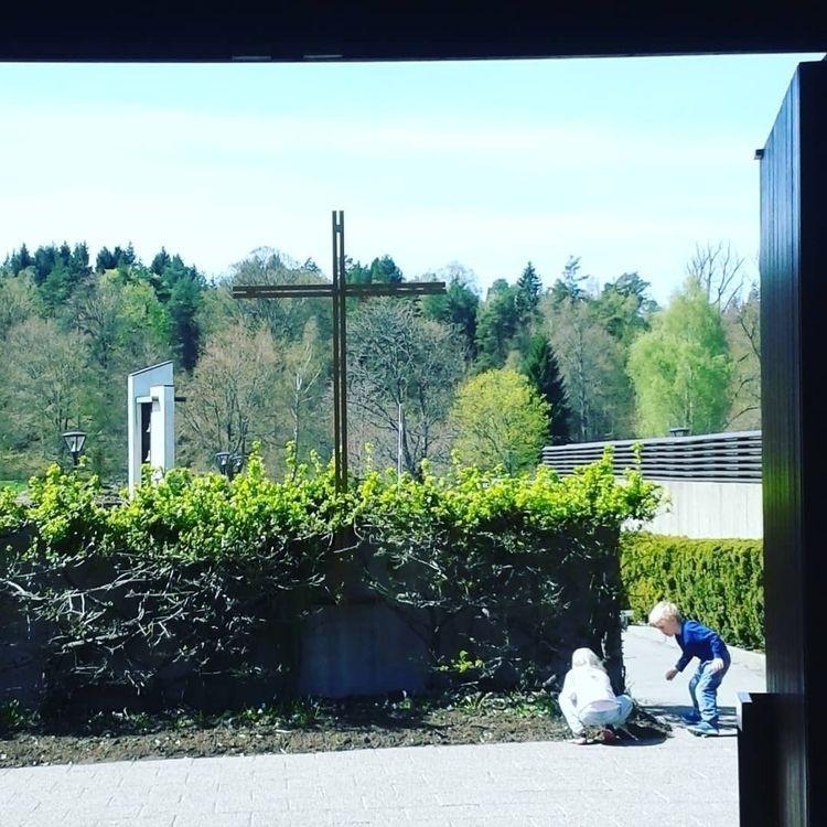 ✞ Kors Klockstapeln omfamnas av - skogskyrkogardar | ello