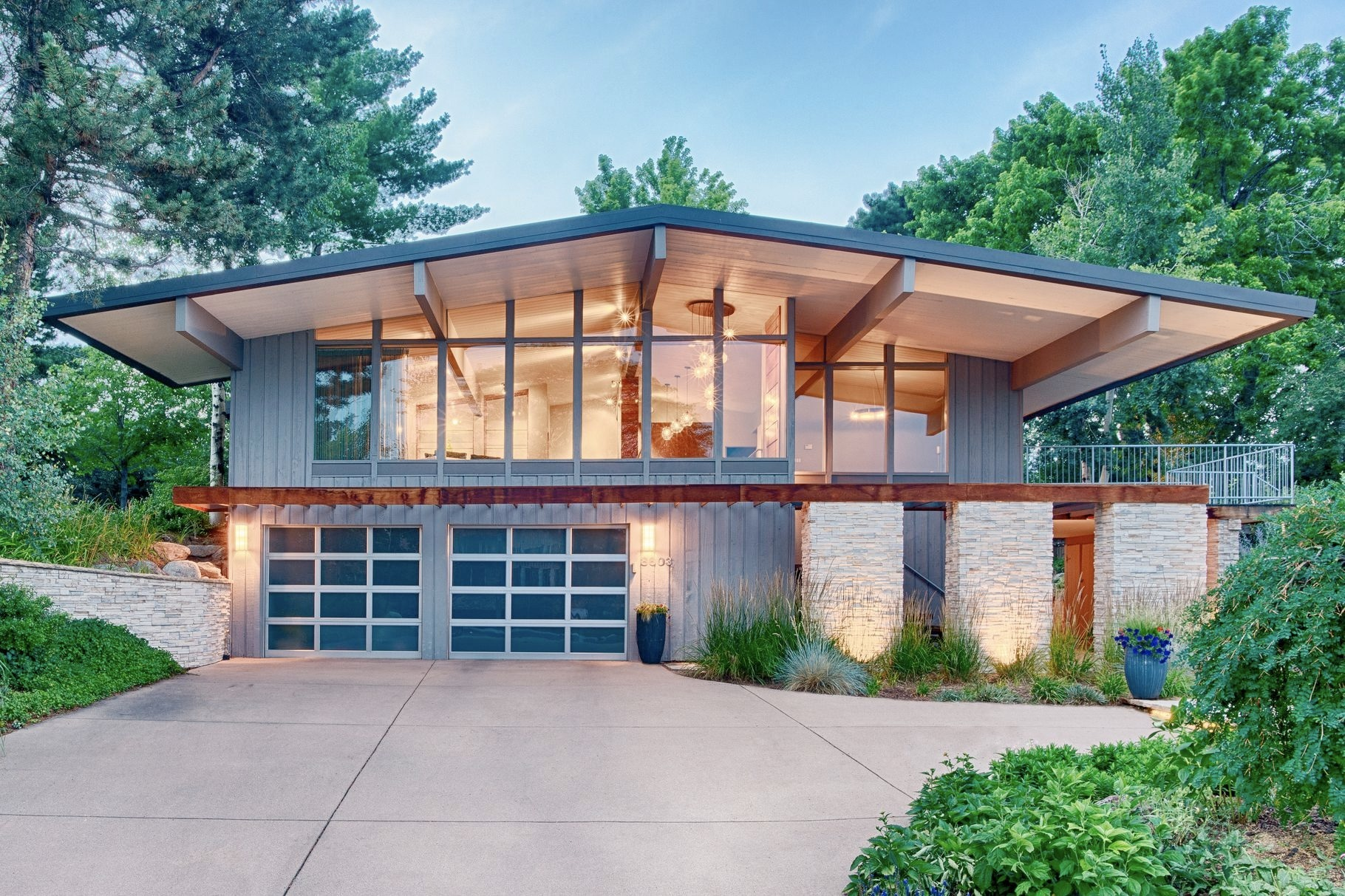 Midcentury home mountain views  - red_wolf | ello