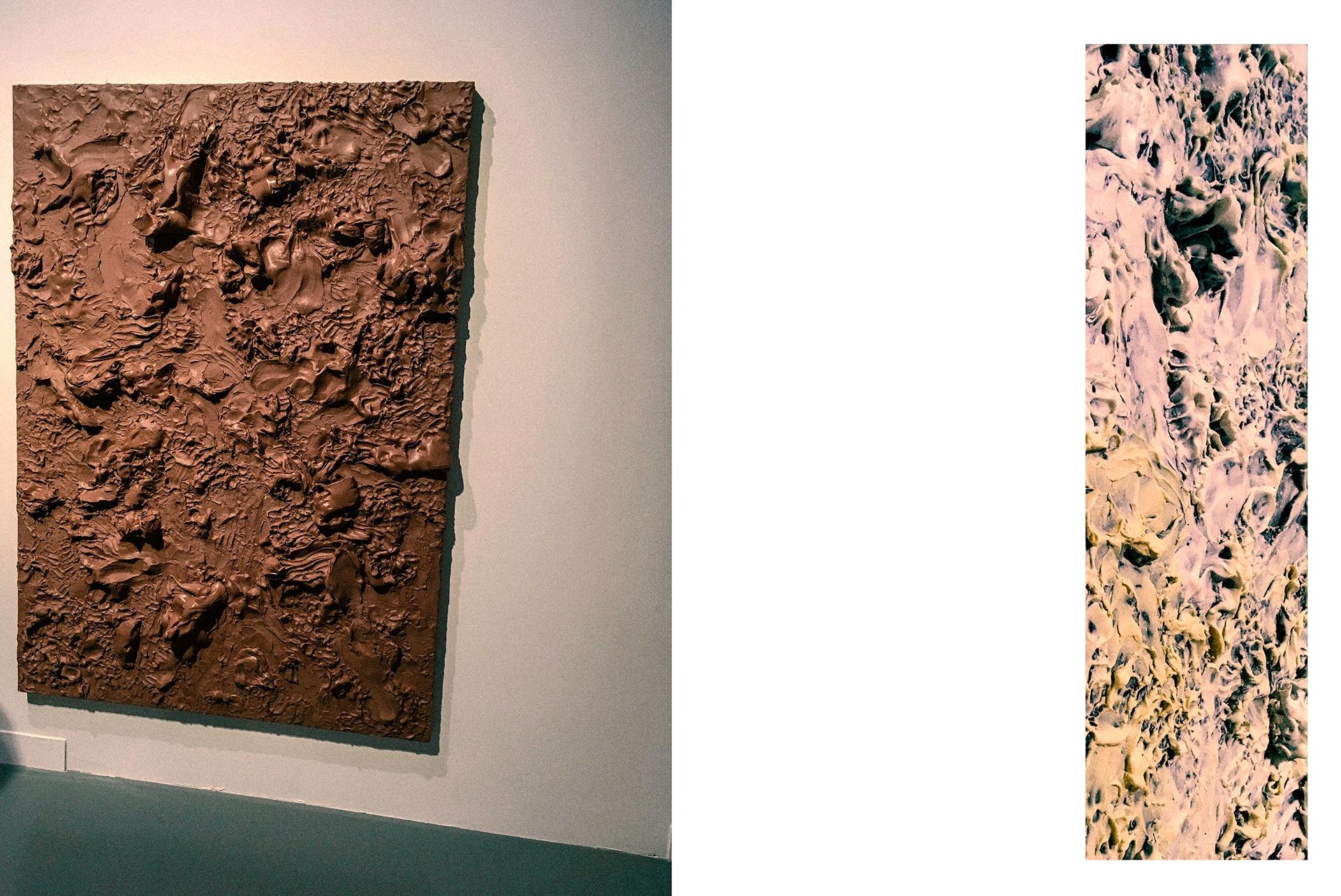Zdjęcie przedstawia brązowy obraz i fragment obrazu po prawej stronie.