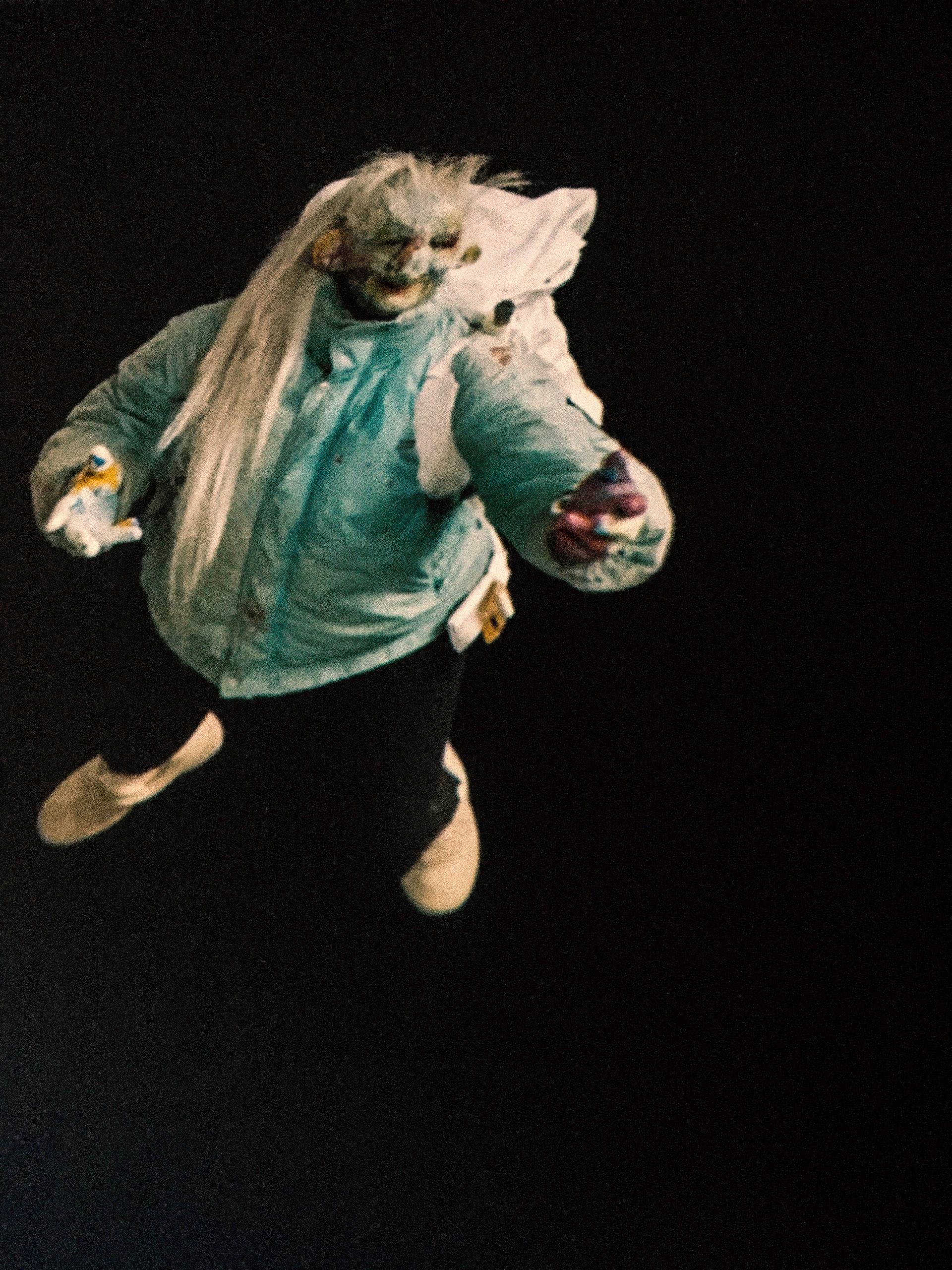 Zdjęcie przedstawia dziwną baśniową postać na czarnym tle.
