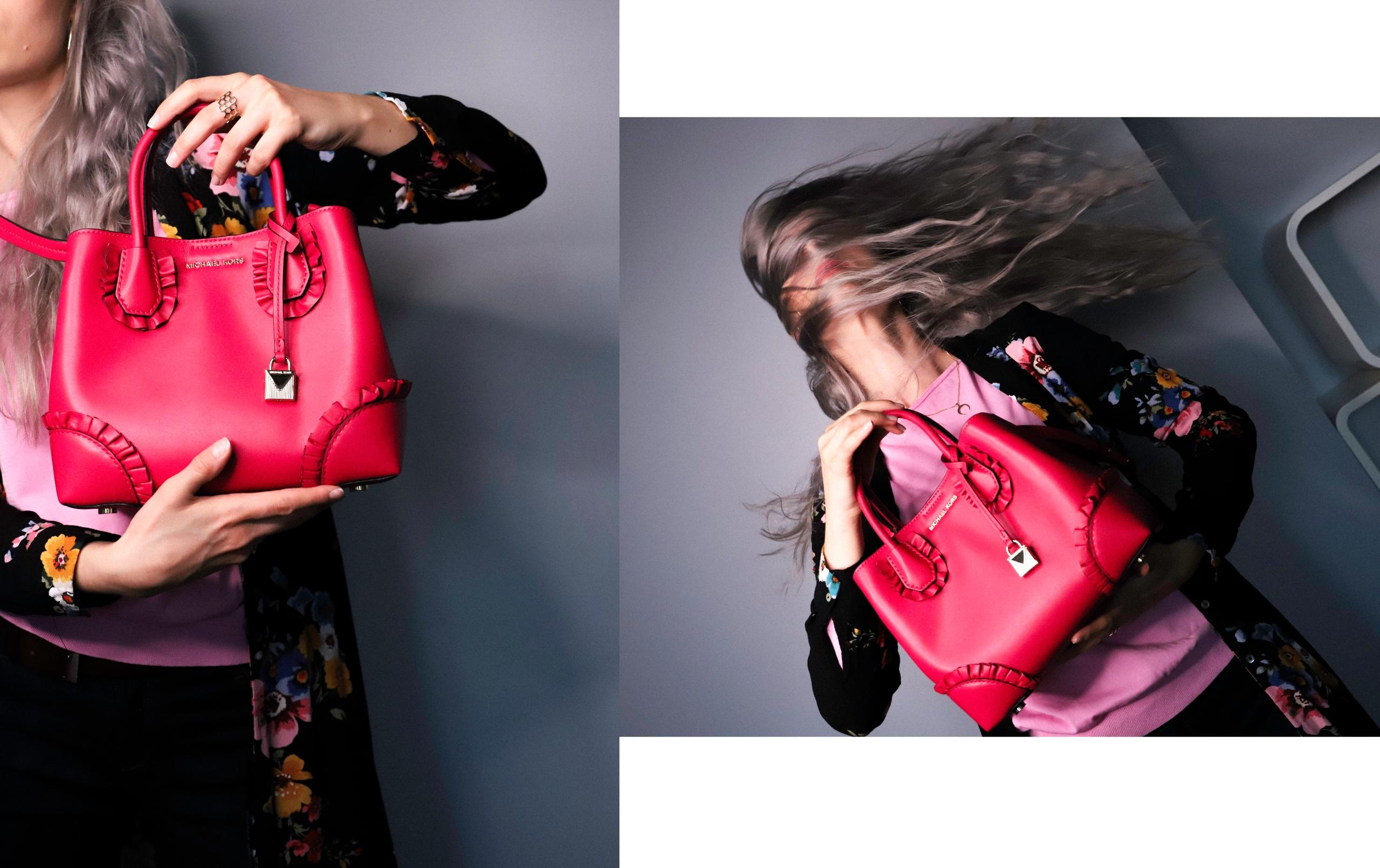 Obraz przedstawia dwa zdjęcie postaci trzymającej różową torebkę. Postać ma na sobie czarną sukienkę w kolorowe kwiaty.