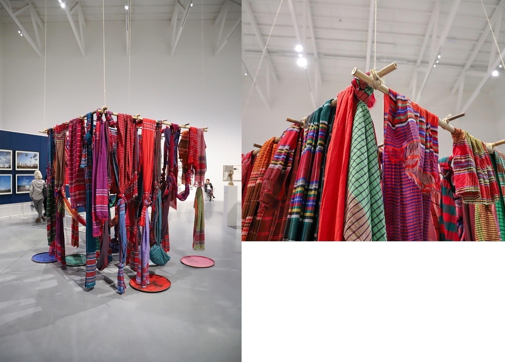 Obraz przedstawia dwa zdjęcia. Na jednym widzimy przestrzeń muzeum z rzeźbą złożoną z kolorowych chust. Druga fotografia to zbliżenie na fragment rzeźby.