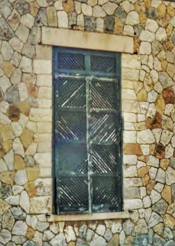 Window stone wall - urban, urbex - tevescosta | ello