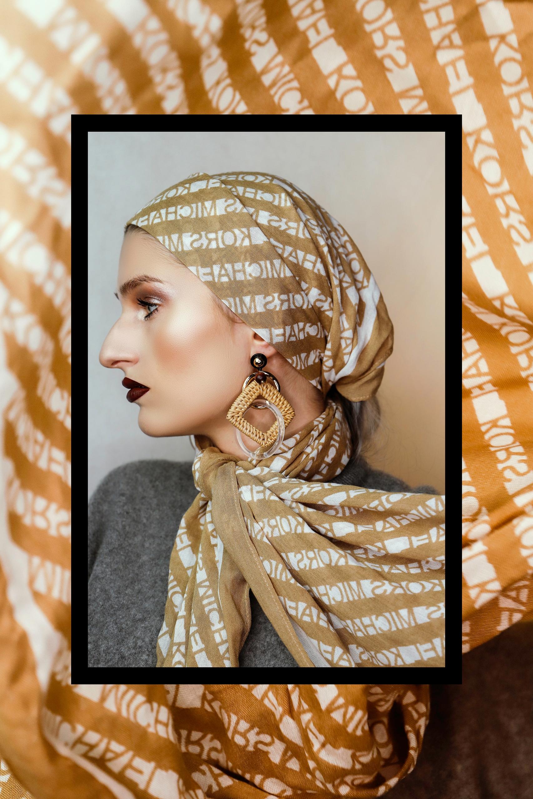 Zdjęcie przedstawia profil kobiety w beżowej chustce na głowie. Zdjęcie otoczone jest czarną cienką ramką i grubą ramą zbudowaną z innej fotografii.