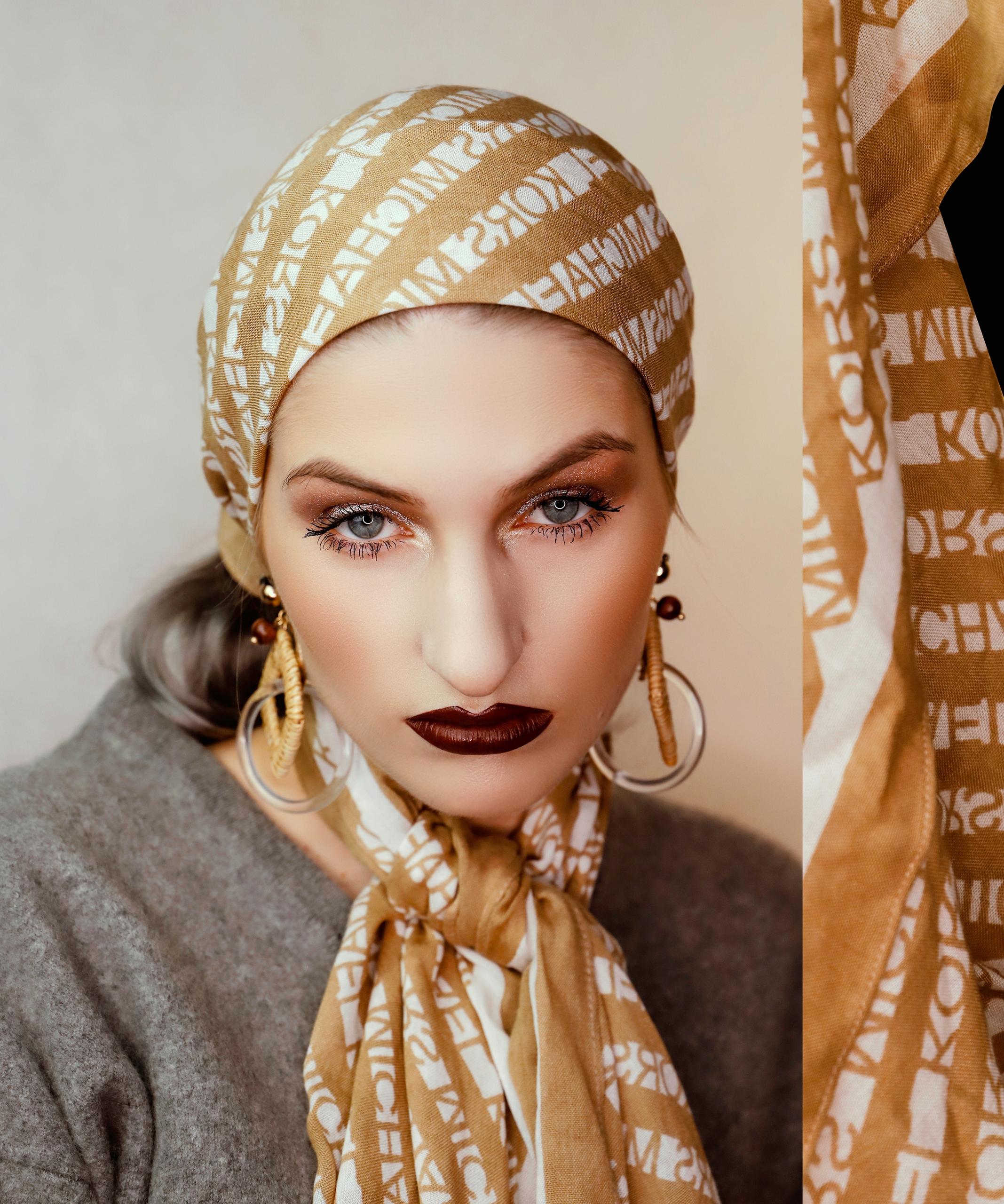Obraz przedstawia portret kobiety w beżowej chustce na głowie.