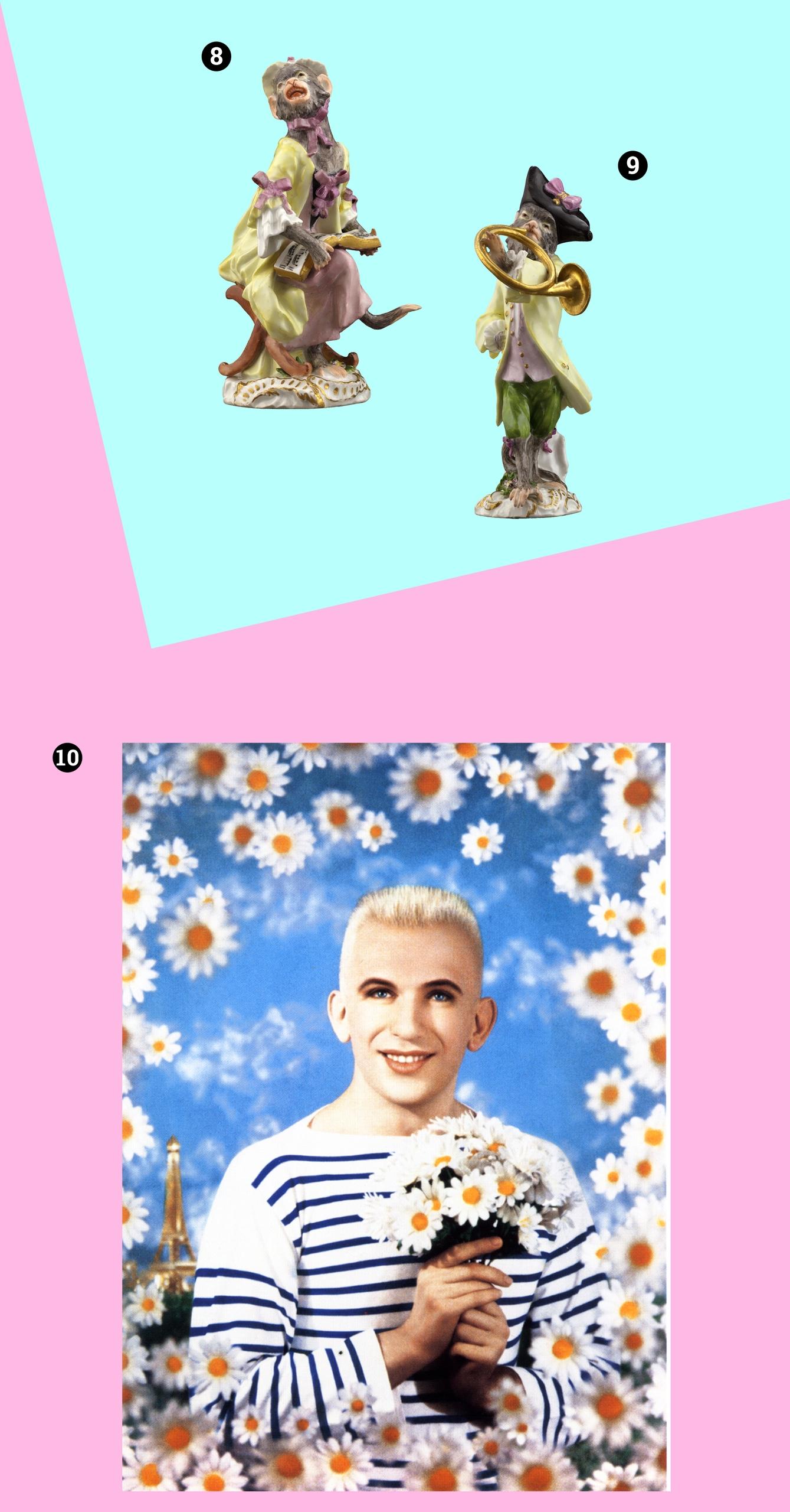 Obraz przedstawia dwie figurki małpek i jedno zdjęcie na niebiesko-różowym tle. Na zdjęciu widzimy postać otoczoną kwiatami.