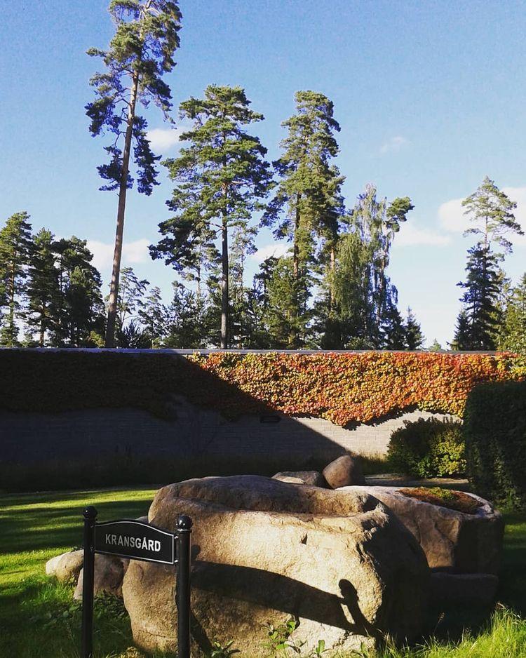 På gårdsplanen utanför kapellet - skogskyrkogardar | ello
