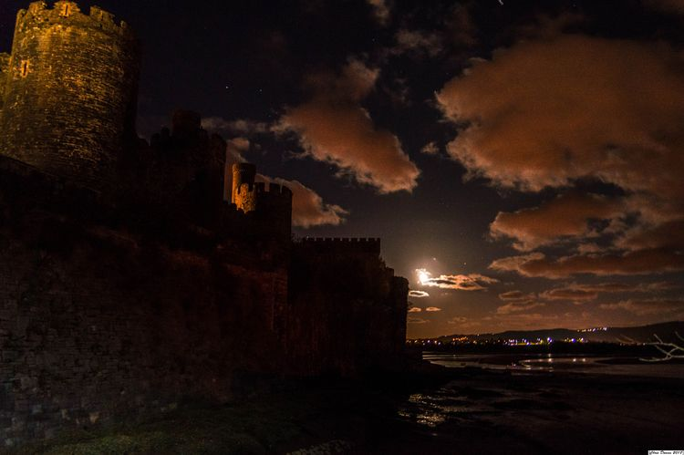 Conwy castle Moon light - tecnonaut | ello