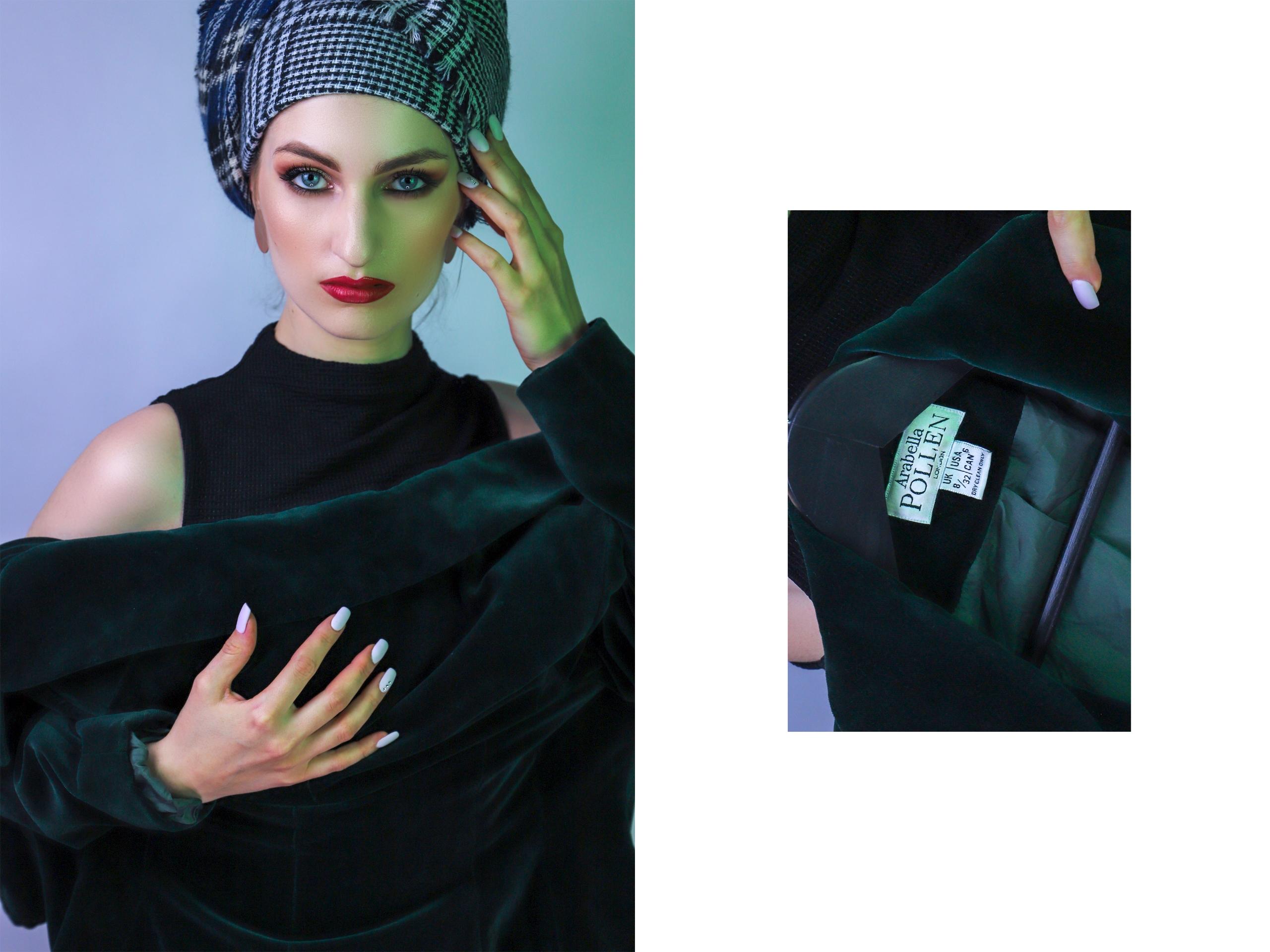 Obraz przedstawia zdjęcie kobiety z turbanem na głowie. Twarz kobiety oświetlona jest zielonym światłem. Z prawej strony znajduje się kadr na fragment ubrania.