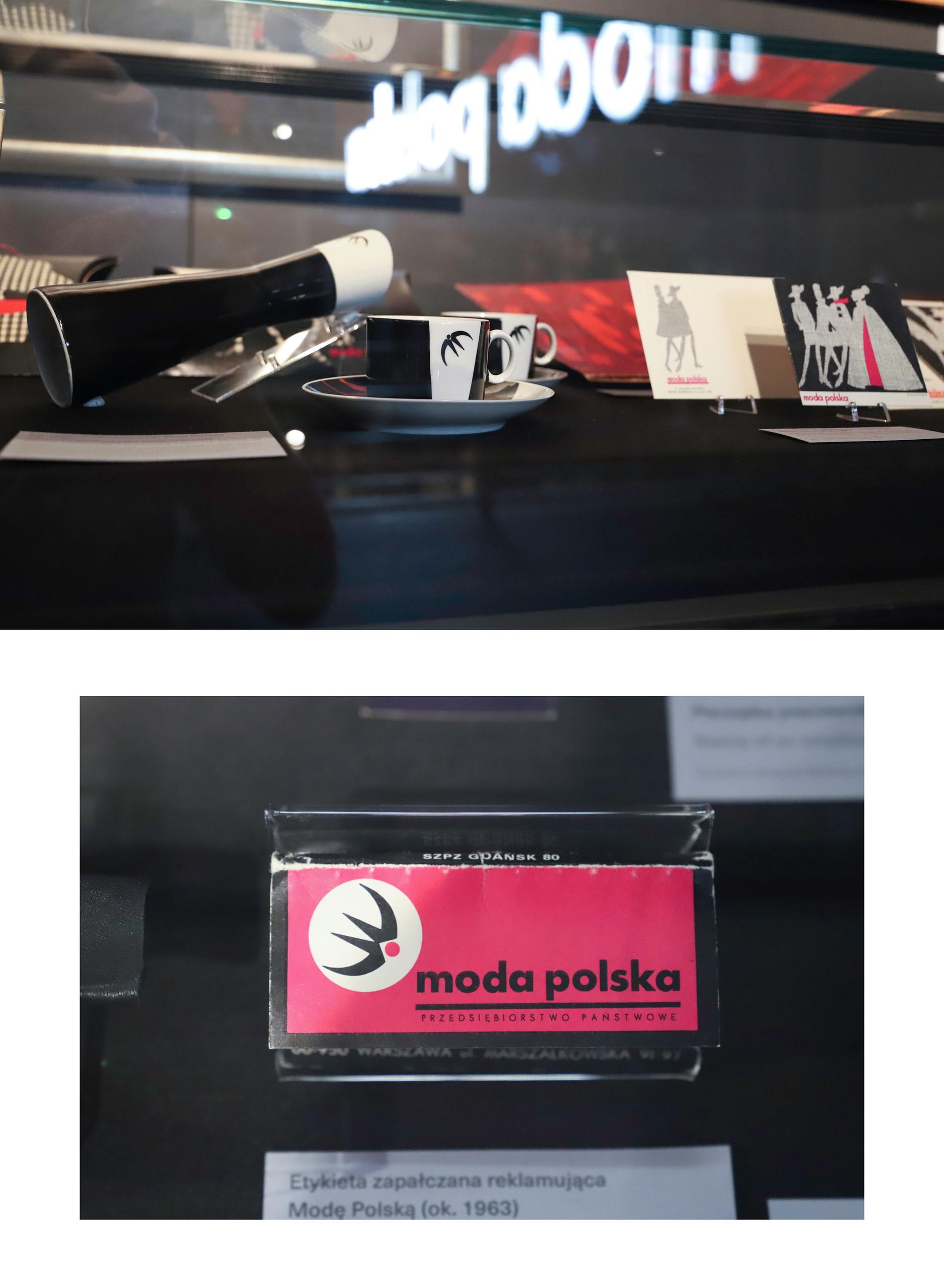 Obraz przedstawia dwa zdjęcia. Na górze przedmioty zamknięte w szklanej gablocie, na dole zbliżenie na czerwoną wizytówkę.