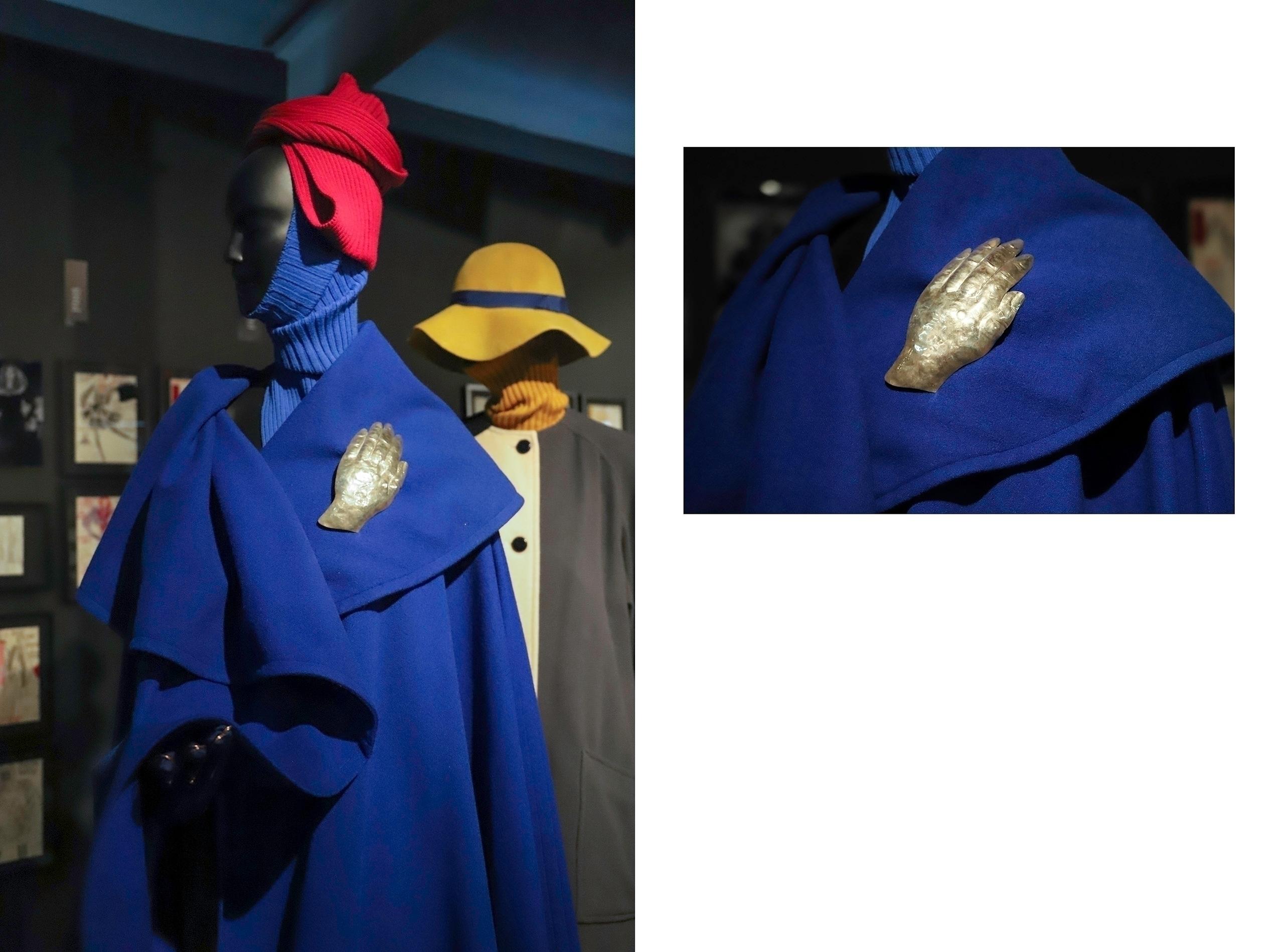 Obraz przedstawia dwa zdjęcia. Na jednym widzimy manekina ubranego w niebieski płaszcz, na drugim zbliżenie na złotą broszkę przypiętą do płaszcza.