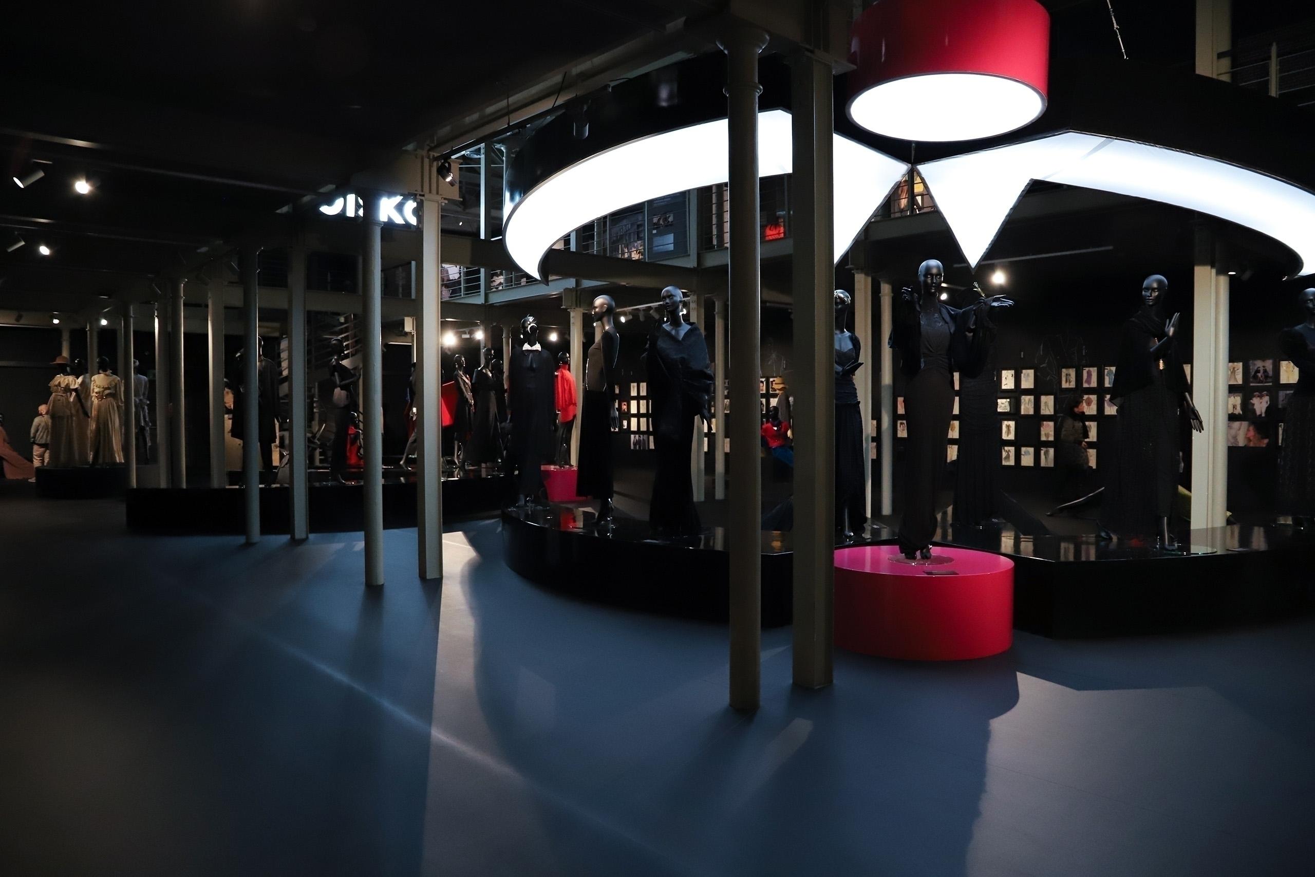 Zdjęcie przedstawia ciemną przestrzeń muzeum.