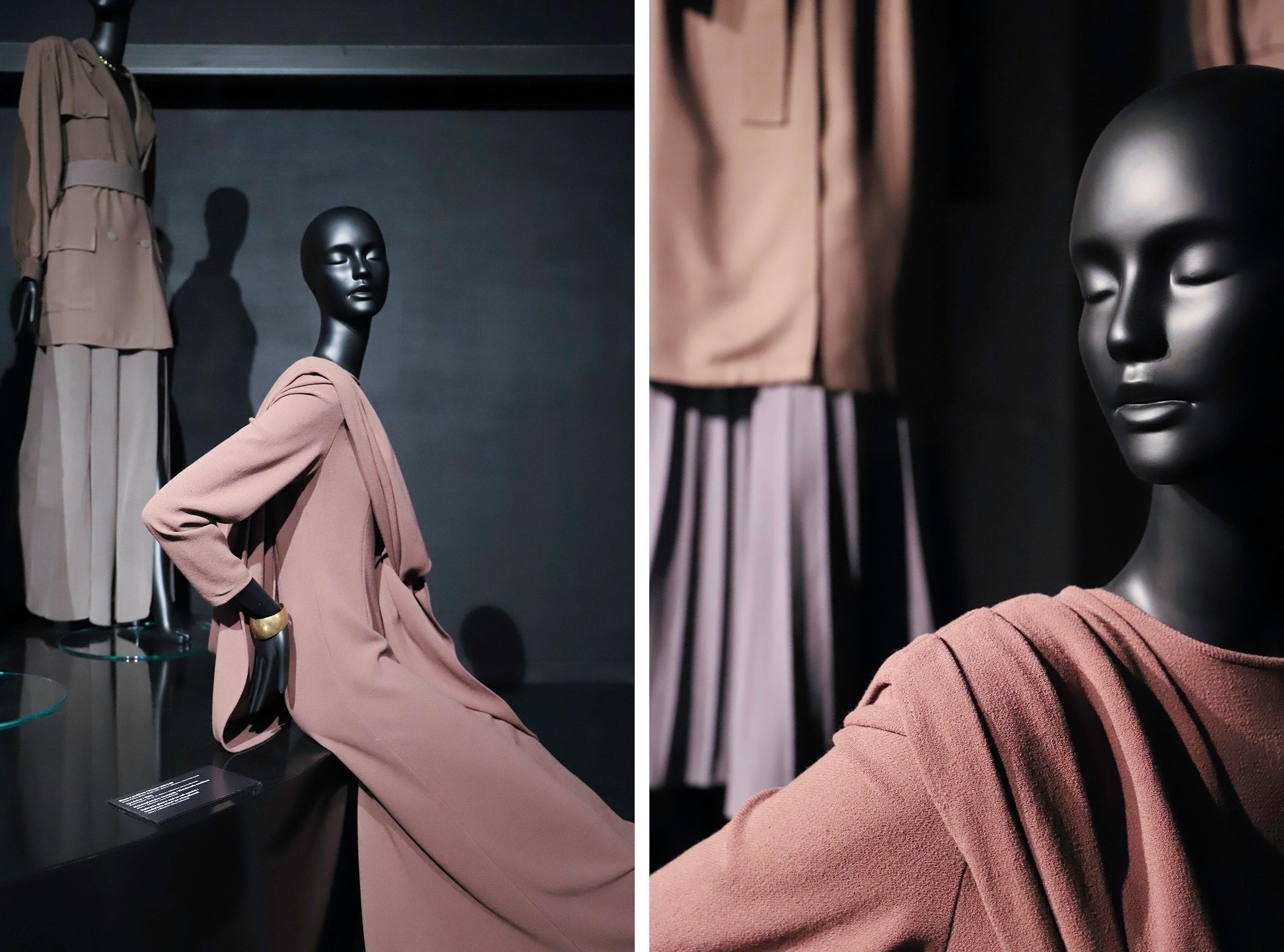 Obraz przedstawia dwa zdjęcia czarnych manekinów ubranych w beżowe kreacje.