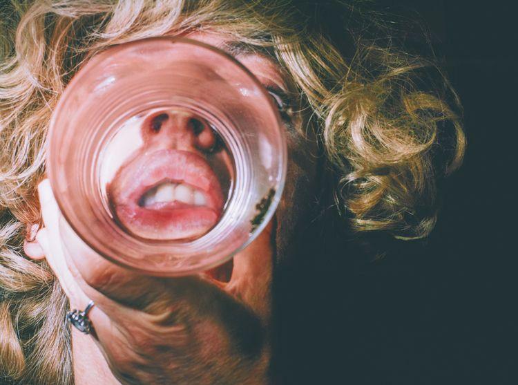 glass / vaso de - blonde, playing - natxodiego   ello