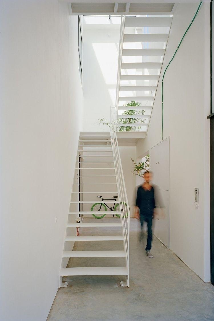 White metal staircase. Apartmen - upinteriors | ello