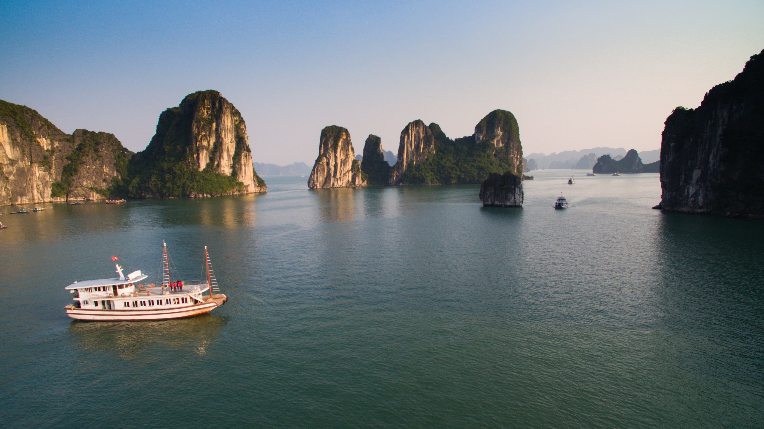 Halong Bay Tours (@halongbaytours) Cover Image